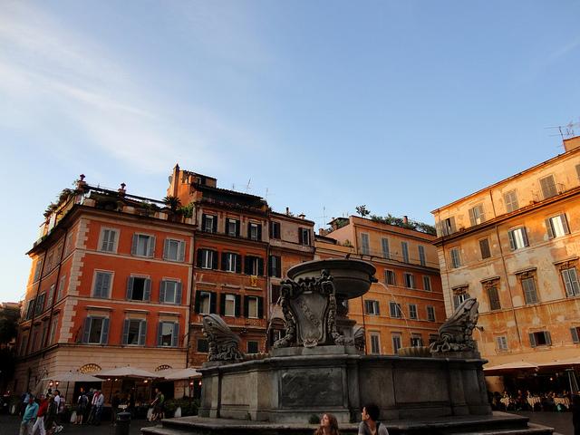 Rzym Fontanna na Placu Santa Maria in Trastevere