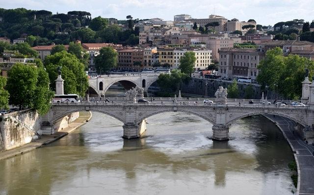 Widok na Ponte Vittorio Emanuele II, Rzym, Włochy